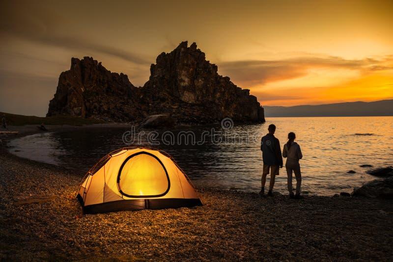 El acampar en el lago y la puesta del sol hermosa fotos de archivo libres de regalías