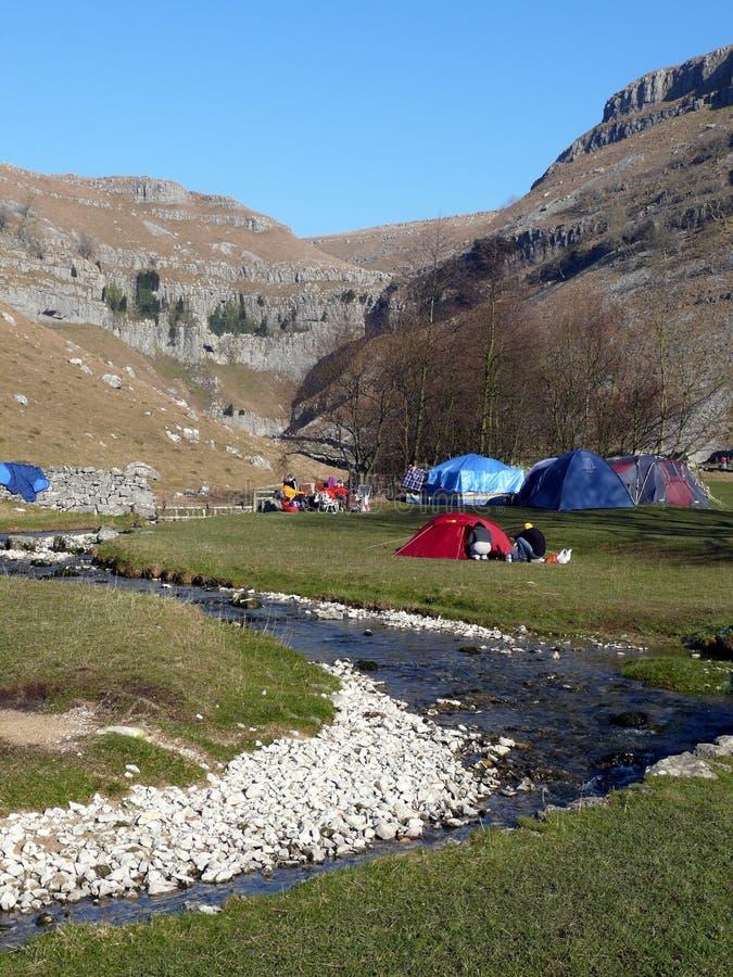 El acampar en la ensenada de Malham imagen de archivo libre de regalías