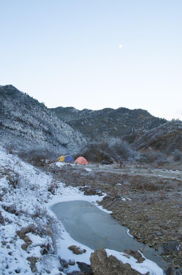 El acampar en la montaña foto de archivo