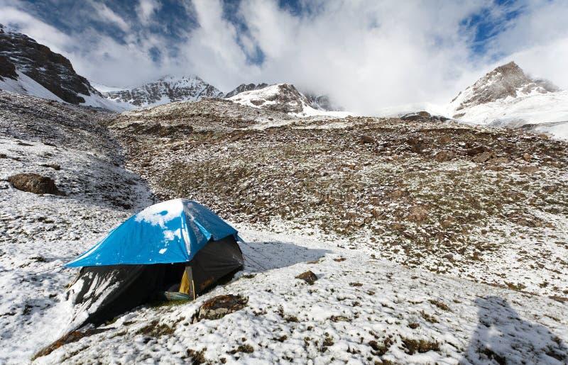 El acampar en la montaña en Himalaya - Nepal foto de archivo