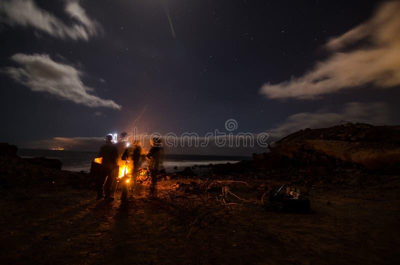El acampar en la noche foto de archivo
