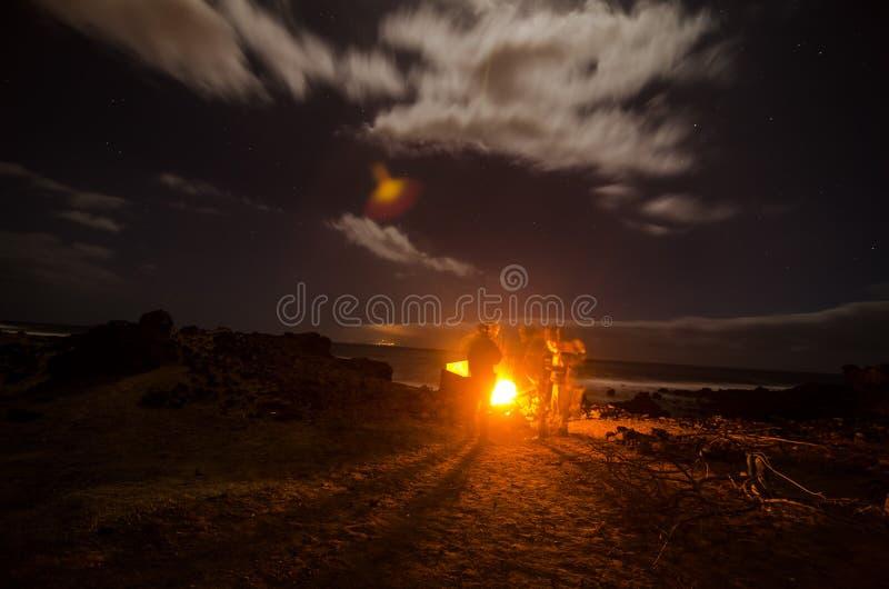 El acampar en la noche fotos de archivo