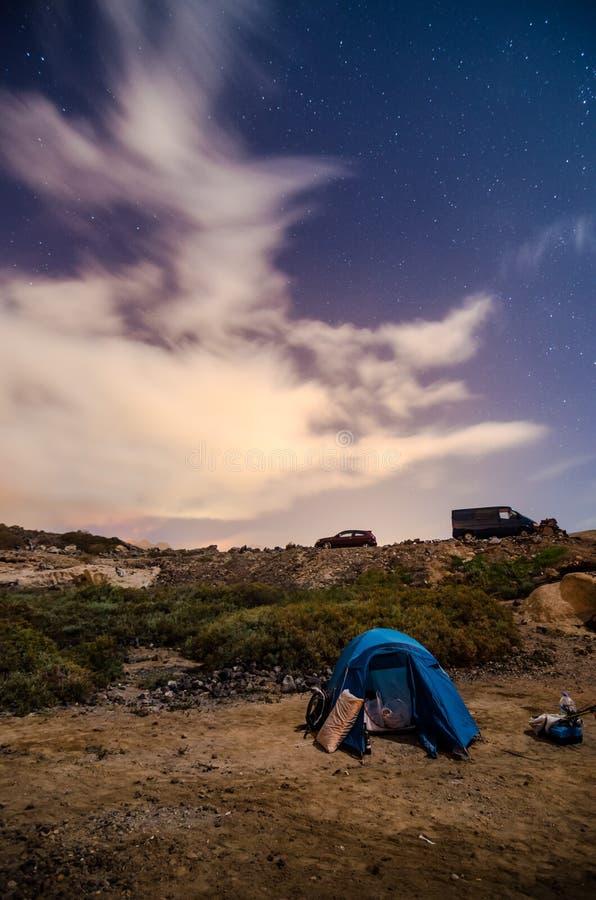 El acampar en la noche imagen de archivo