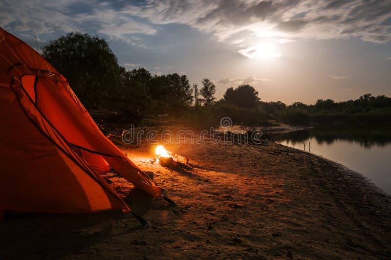 El acampar en la noche fotos de archivo libres de regalías