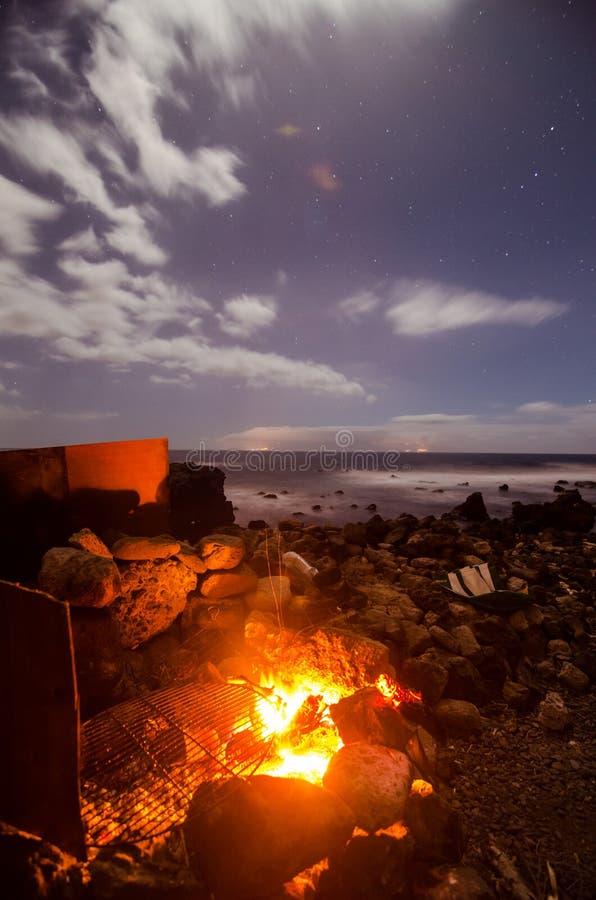 El acampar en la noche imágenes de archivo libres de regalías