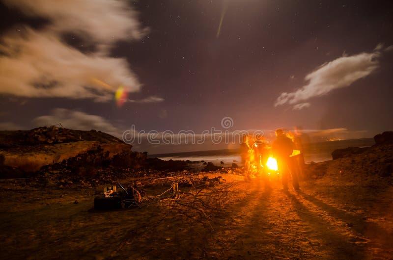 El acampar en la noche fotografía de archivo