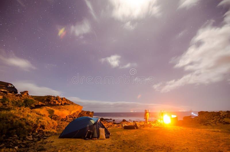 El acampar en la noche fotografía de archivo libre de regalías