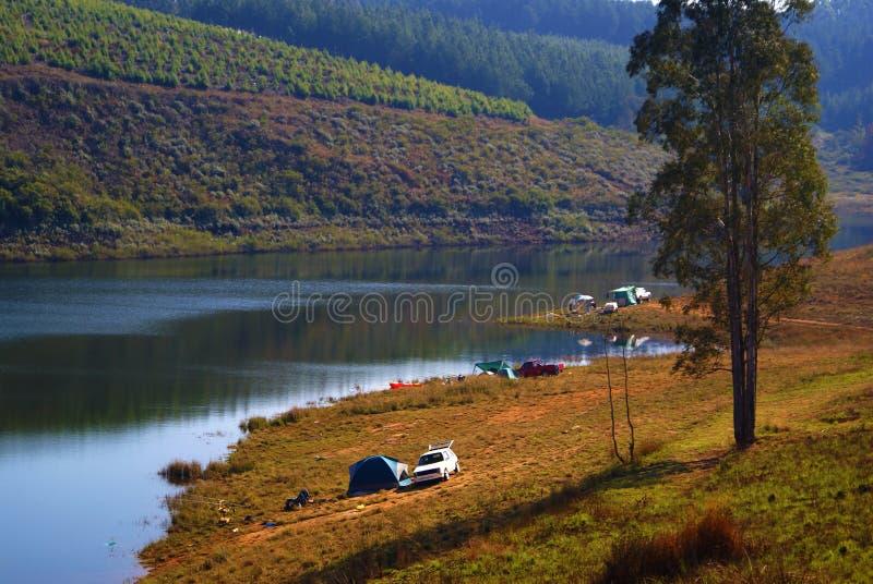 El acampar en la orilla del lago imagenes de archivo