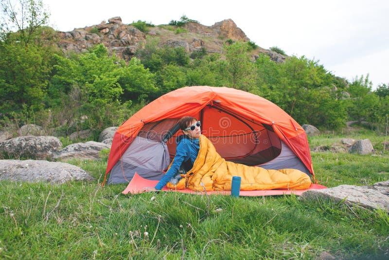 El acampar en las montañas fotos de archivo libres de regalías