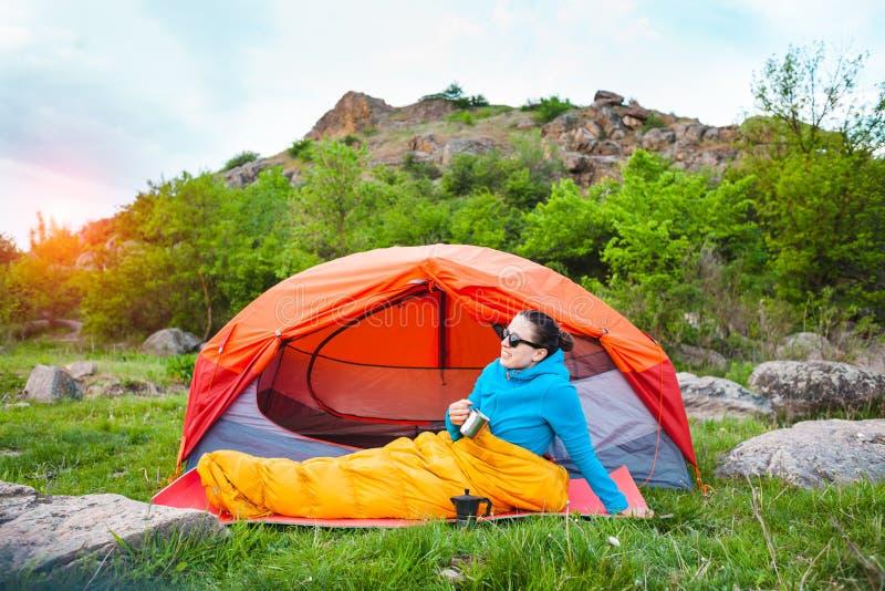 El acampar en las montañas imagen de archivo libre de regalías