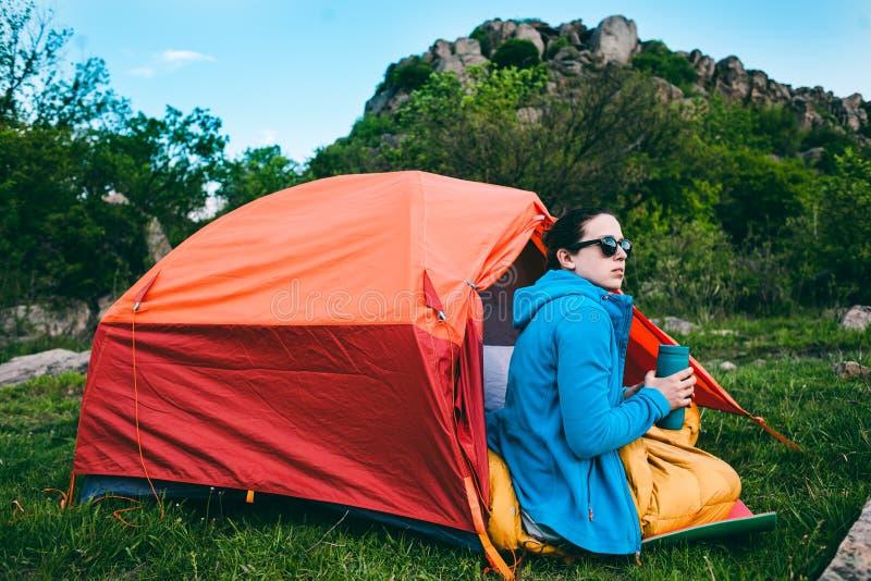 El acampar en las montañas fotografía de archivo libre de regalías