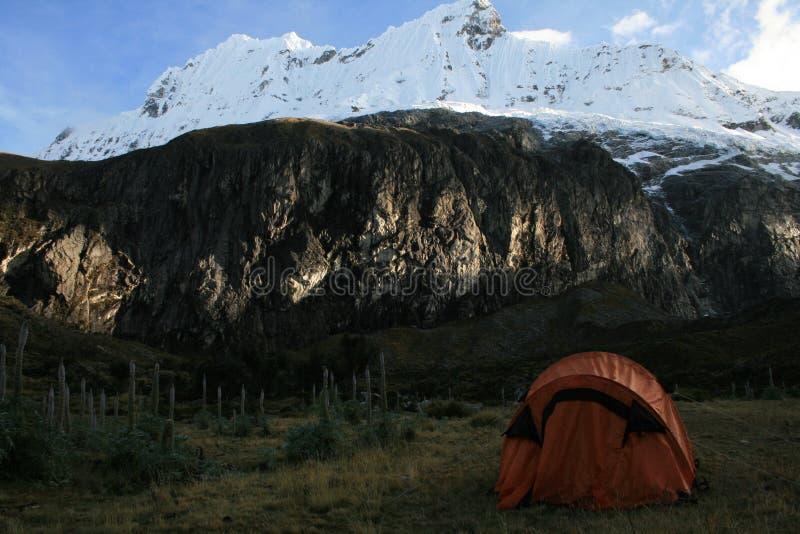 El acampar en las montañas foto de archivo