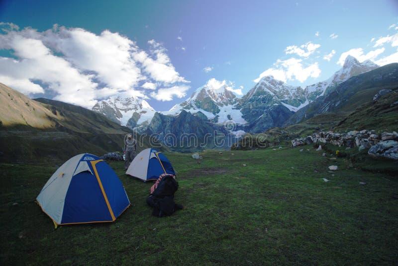 El acampar en los Andes imagen de archivo