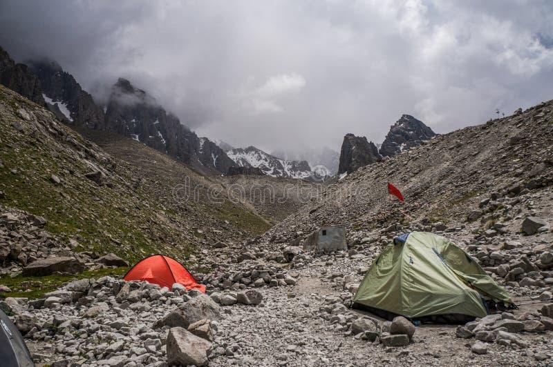 El acampar en montañas imagen de archivo libre de regalías