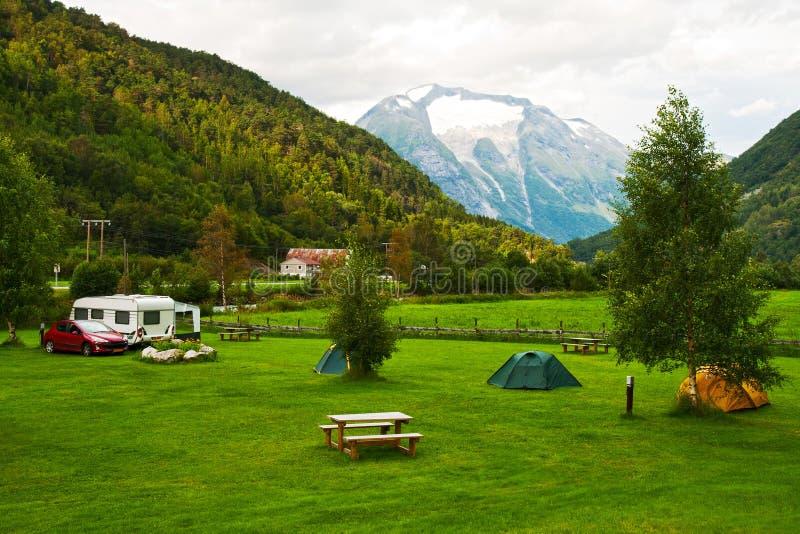 El acampar en montañas imágenes de archivo libres de regalías
