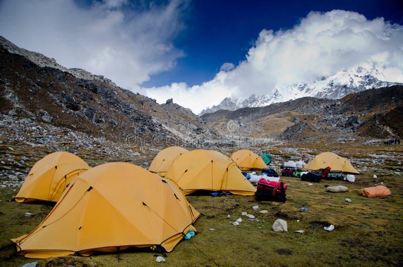 El acampar en rastro del campo bajo de Everest imagen de archivo libre de regalías