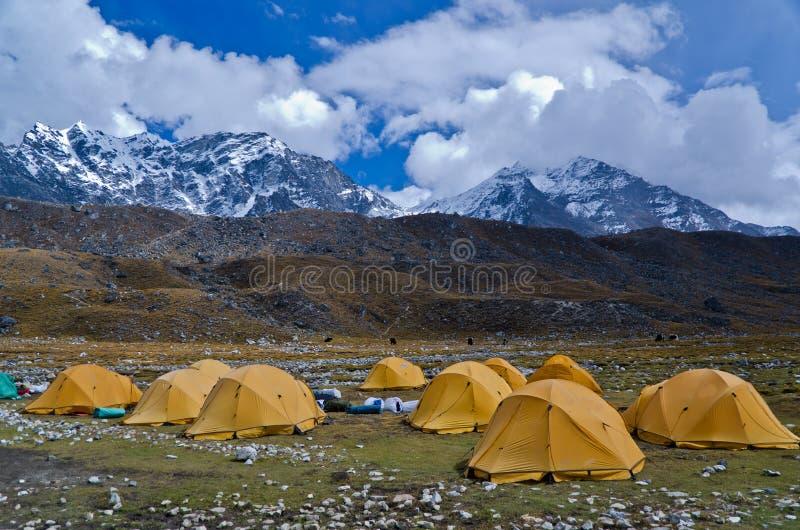 El acampar en rastro del campo bajo de Everest fotografía de archivo libre de regalías