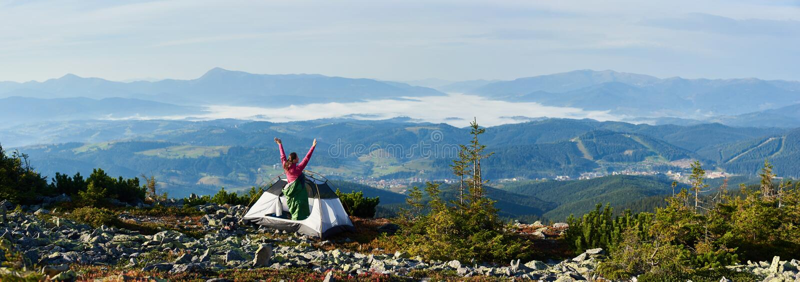 El acampar en el top de la montaña en mañana brillante del verano imagen de archivo libre de regalías