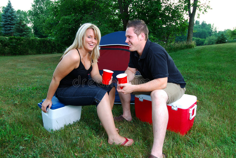 El acampar feliz imagen de archivo