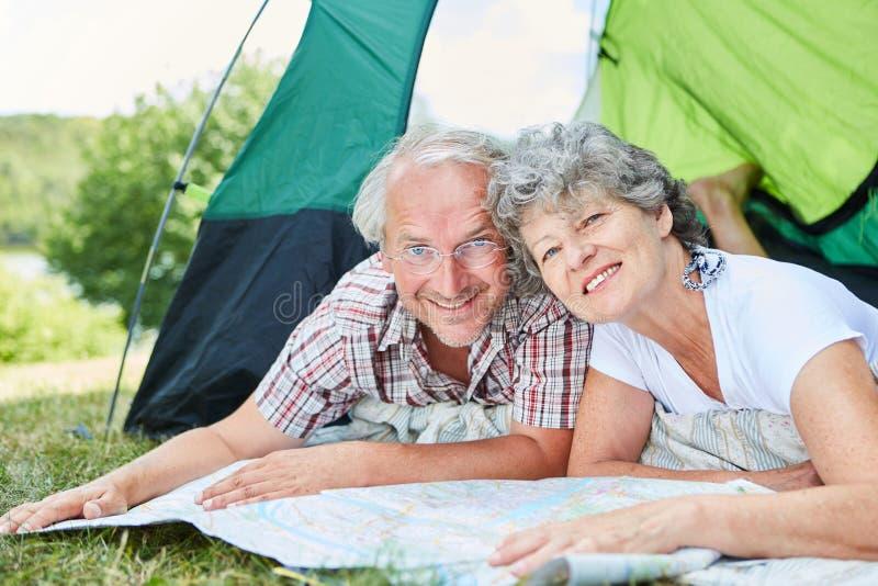El acampar feliz de los mayores de los pares fotografía de archivo libre de regalías