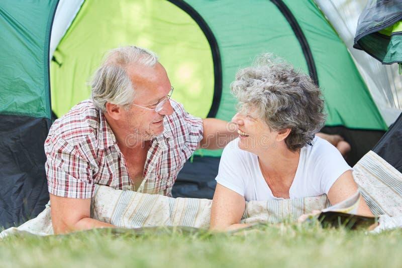 El acampar feliz de los mayores de los pares fotos de archivo