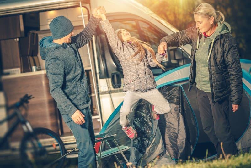 El acampar feliz moderno de la familia imagen de archivo