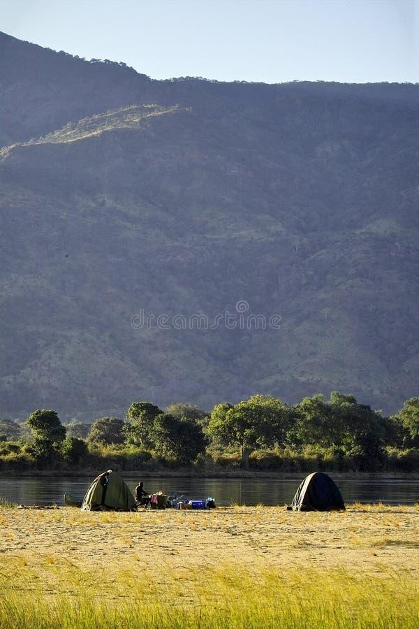 El acampar a lo largo del zambezi foto de archivo libre de regalías
