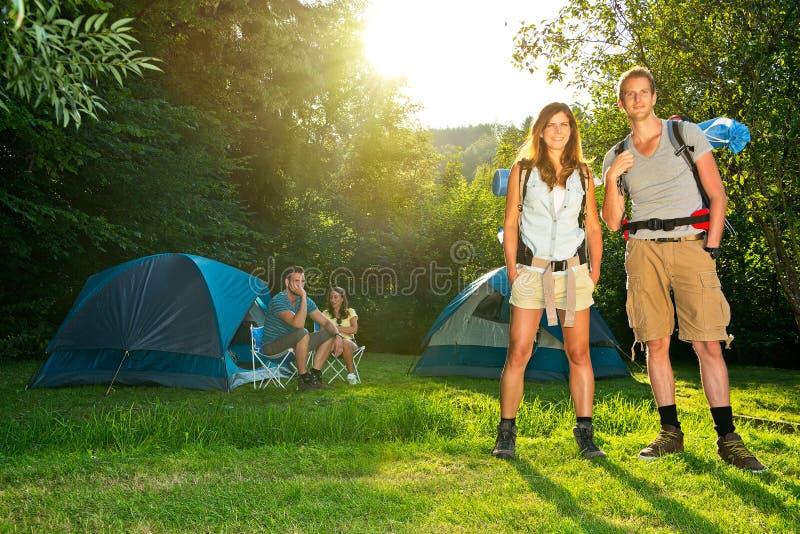 El acampar y el caminar fotografía de archivo