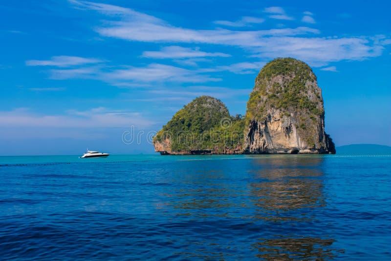 El acantilado de la roca de la piedra caliza en la bahía de Krabi, la bahía del Ao Nang, Railei y Tonsai varan Tailandia imagen de archivo libre de regalías