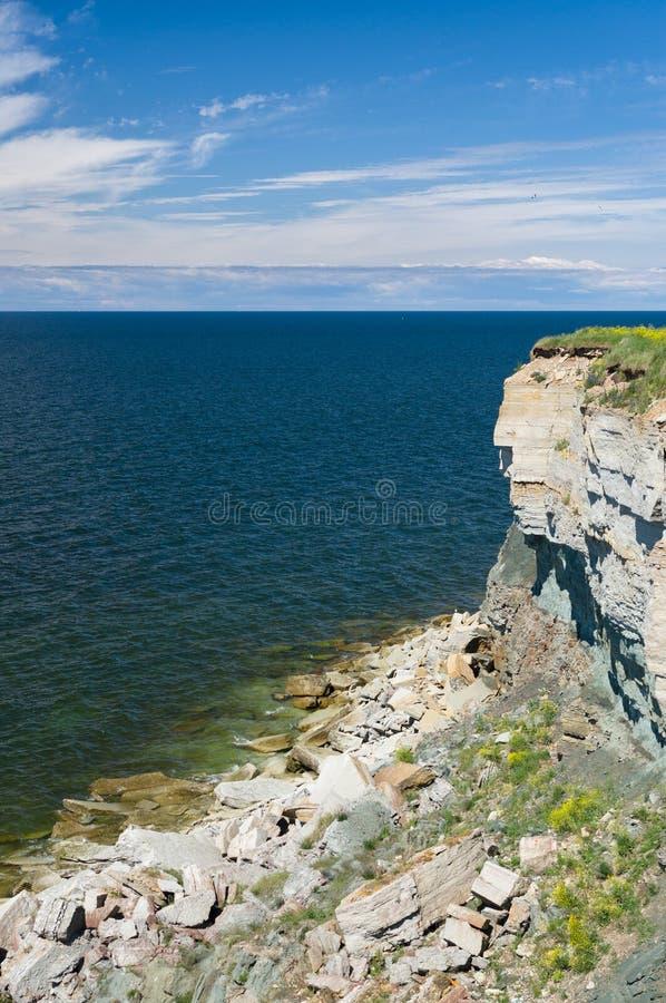 El acantilado del alto y del peligro costea en el mar Báltico imagen de archivo
