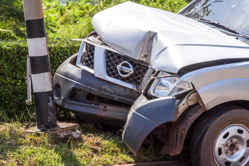 El accidente de la camioneta pickup de Nissan golpeó la lámpara del borde de la carretera en el distrito de Muang imagen de archivo libre de regalías