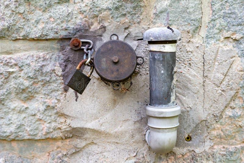 El aceite combustible completa una casa separada Instalación para el combustible de calefacción en el horno para calentar la casa fotografía de archivo libre de regalías