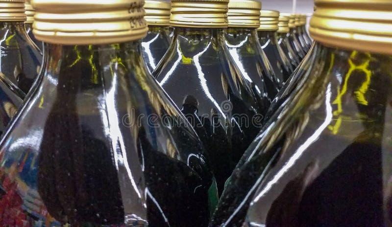 El aceite de oliva es un aceite de mesa extraído de aceitunas, de que es las frutas del europaea del Olea del olivo El tipo virgi imagen de archivo