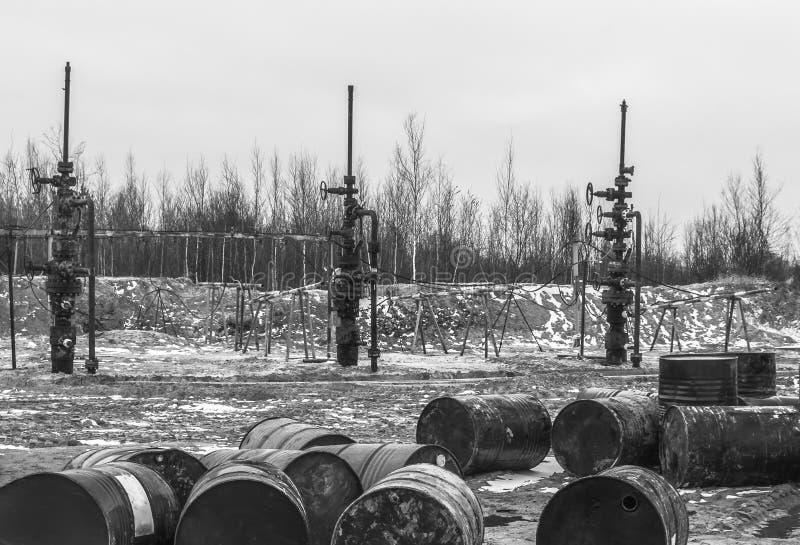 El aceite ha terminado No hay nada llenar barriles foto de archivo