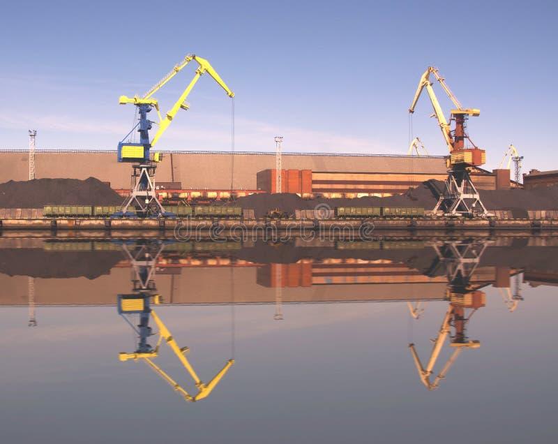 El aceite y el charcoalfor terminales del buque de carga de la grúa del puerto marítimo cargan fotos de archivo