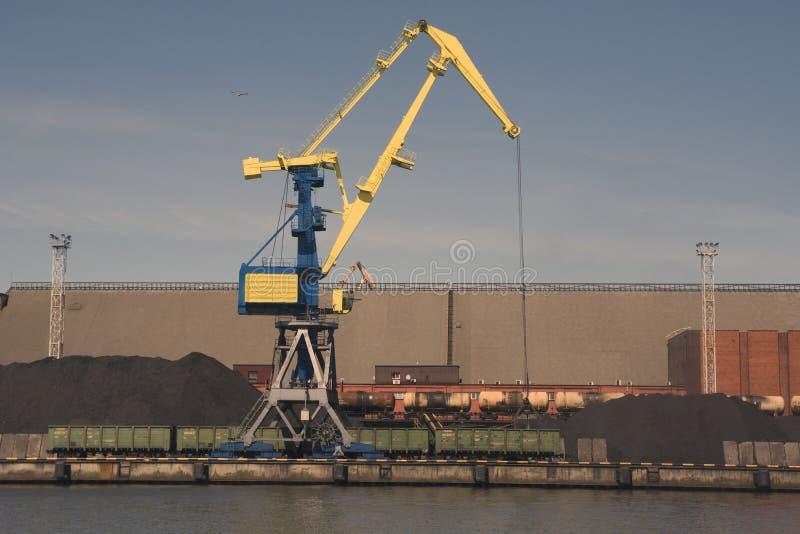 El aceite y el charcoalfor terminales del buque de carga de la grúa del puerto marítimo cargan imagen de archivo libre de regalías