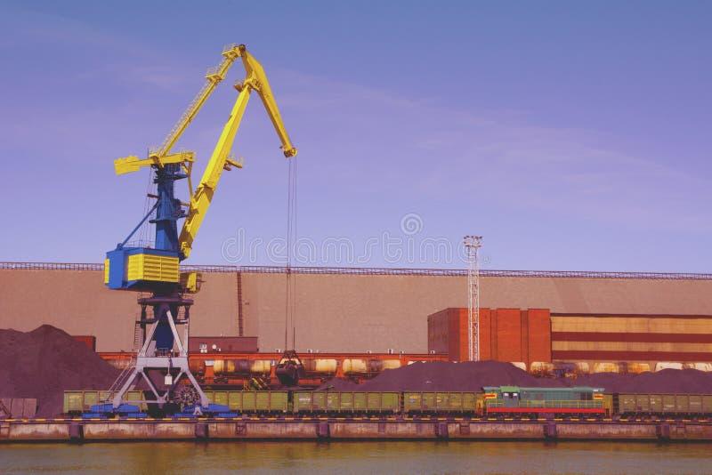 El aceite y el charcoalfor terminales del buque de carga de la grúa del puerto marítimo cargan fotografía de archivo libre de regalías