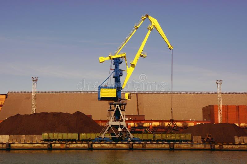El aceite y el charcoalfor terminales del buque de carga de la grúa del puerto marítimo cargan foto de archivo