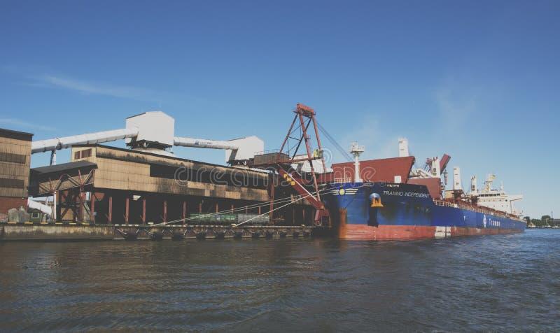 El aceite y el charcoalfor terminales del buque de carga de la grúa del puerto marítimo cargan imagen de archivo