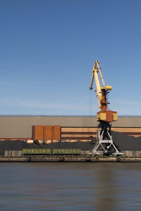 El aceite y el charcoalfor terminales del buque de carga de la grúa del puerto marítimo cargan foto de archivo libre de regalías