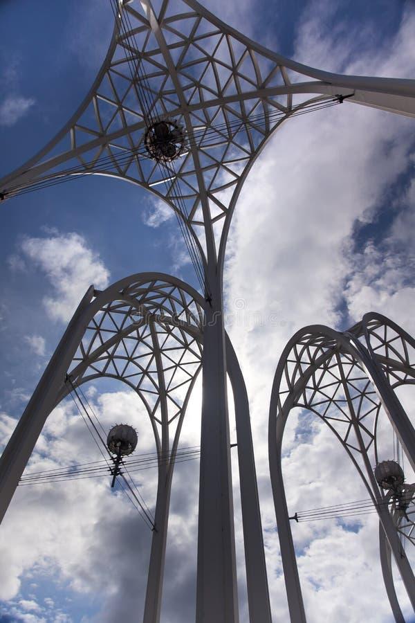 El acero de centro de Seattle arquea los cielos azules Washington foto de archivo