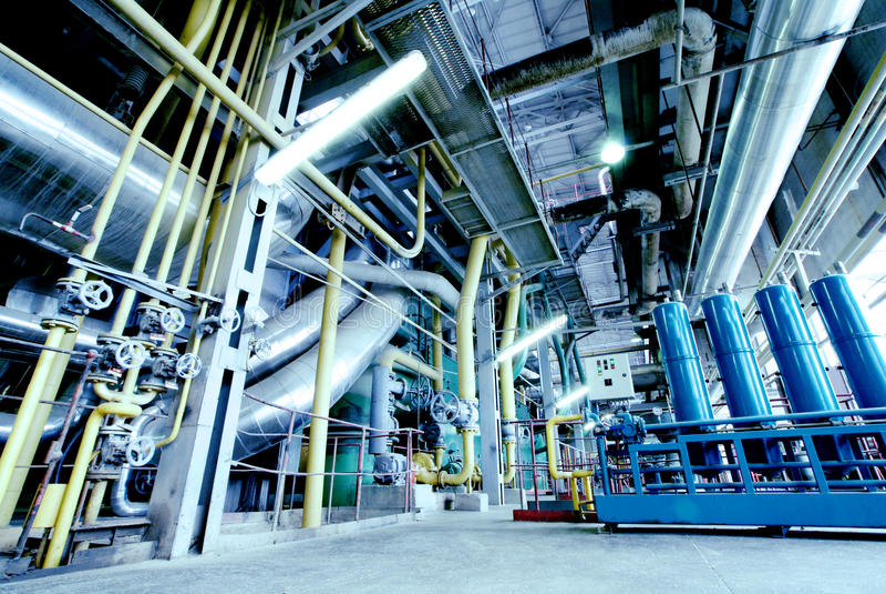 El acero de la zona industrial canaliza tonos azules foto de archivo