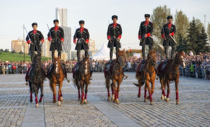 El acompañamiento de la caballería de los jinetes del regimiento presidencial realiza el montar a caballo del truco fotos de archivo