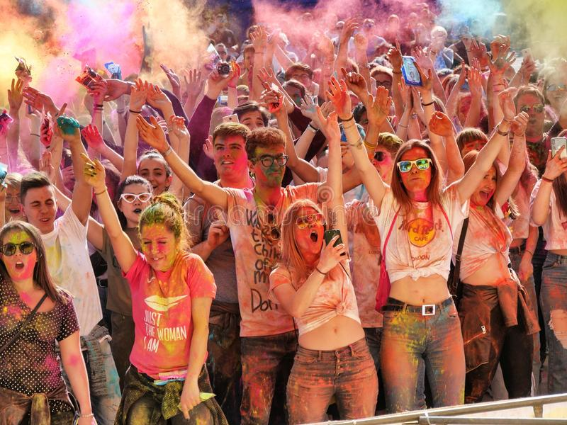El acontecimiento del festival de Holi implica diversas edades y culturas imagen de archivo