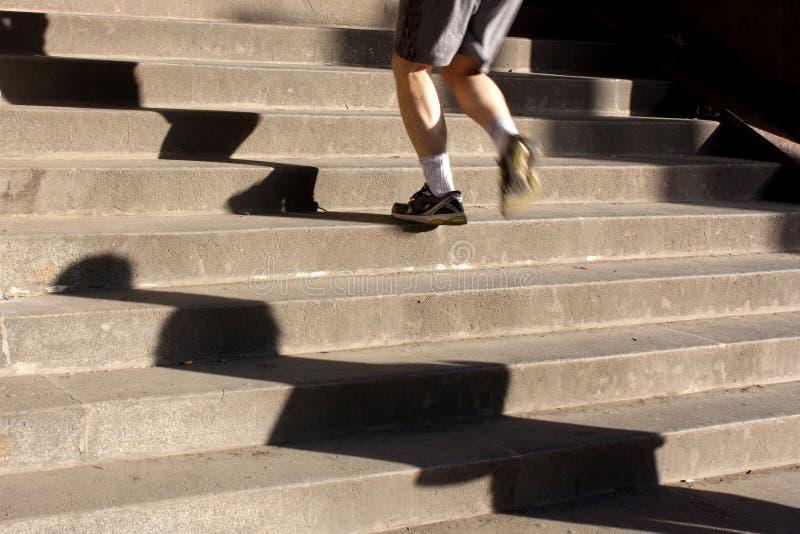 El activar encima de las escaleras con las sombras largas imágenes de archivo libres de regalías