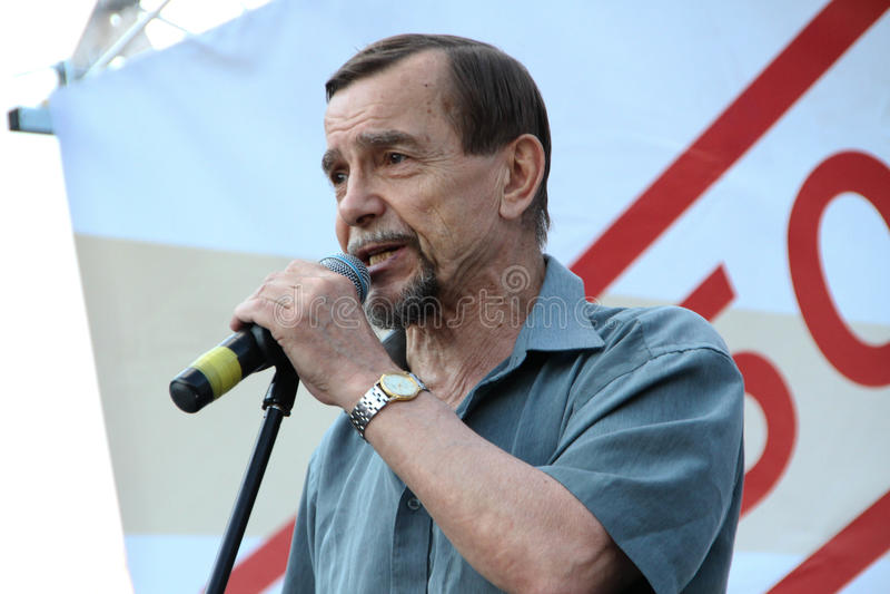 El activista Lev Ponomarev de los derechos humanos en la reunión contraria fotos de archivo