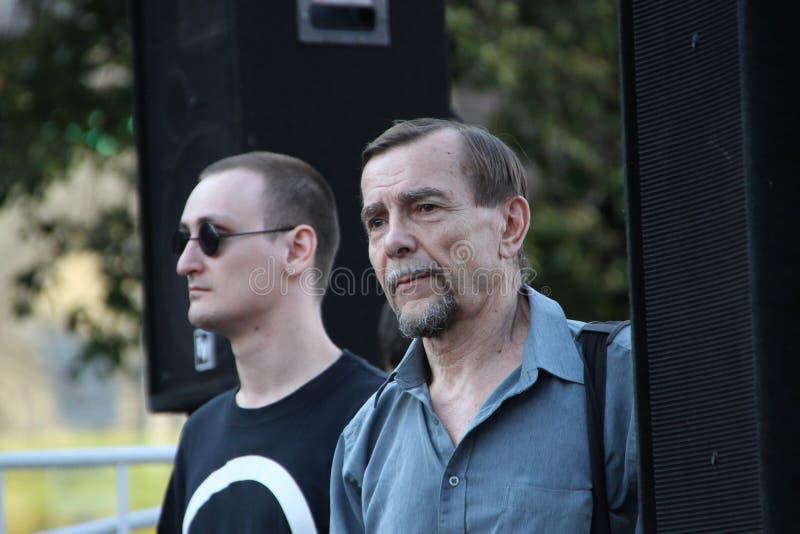 El activista Lev Ponomarev de los derechos humanos en la reunión contraria imagenes de archivo