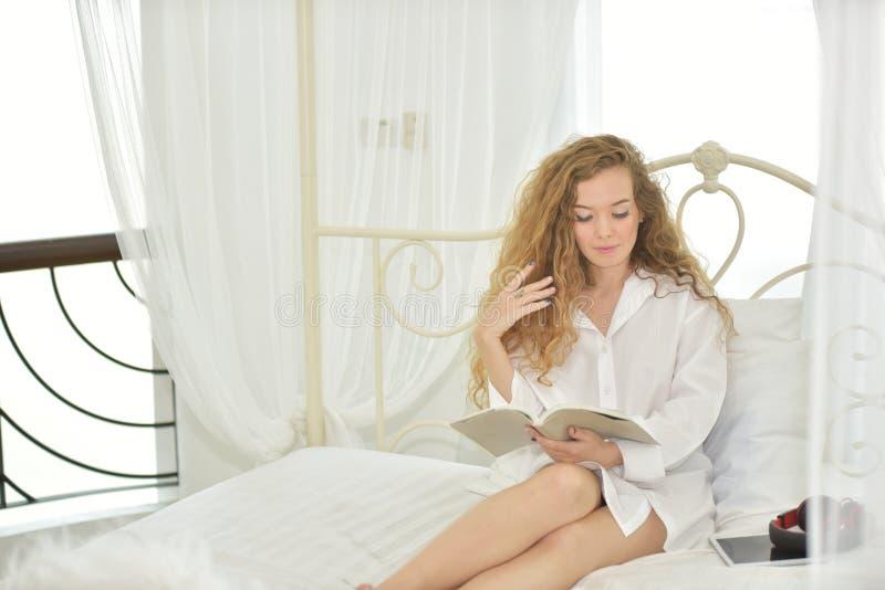 El acto de mujeres con gestos cuando ella despierta por la mañana fotos de archivo libres de regalías