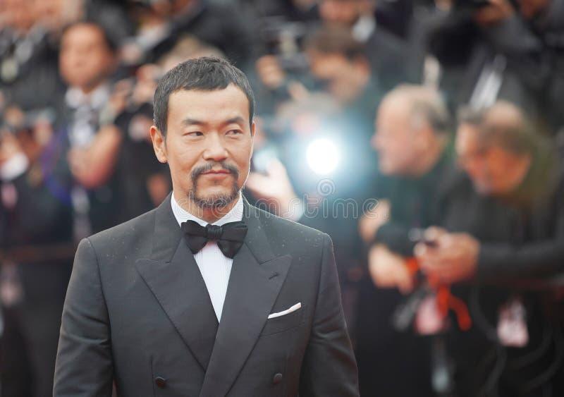 El actor chino Liao Fan presenta mientras que él llega en la alfombra roja fotos de archivo