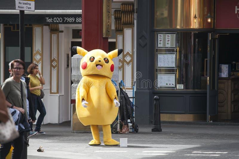 El actor en el traje de Pokemon recoge donaciones en el área de Chinatown foto de archivo libre de regalías